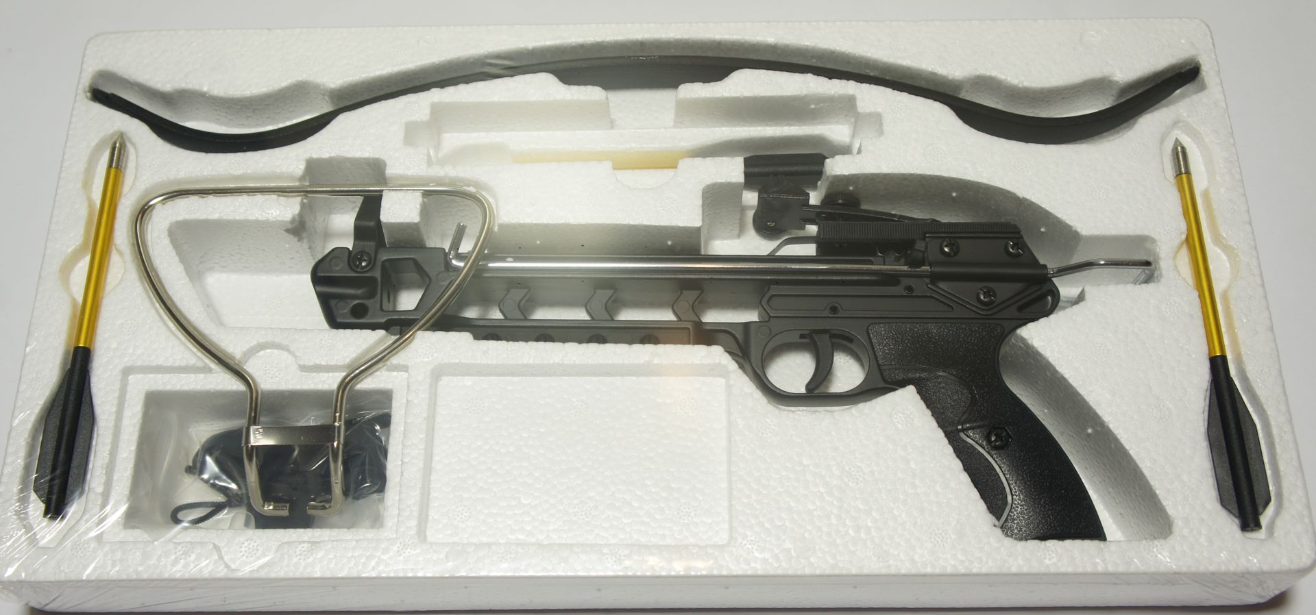 Das Set der Pistolenarmbrust beinhaltet auch 3 Pfeile