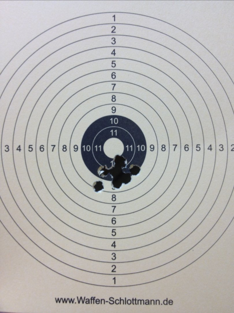 Mein Trefferbild mit 8 Schuss auf 10m. Das Visier müsste an dieser Waffe etwas nachgestellt werden
