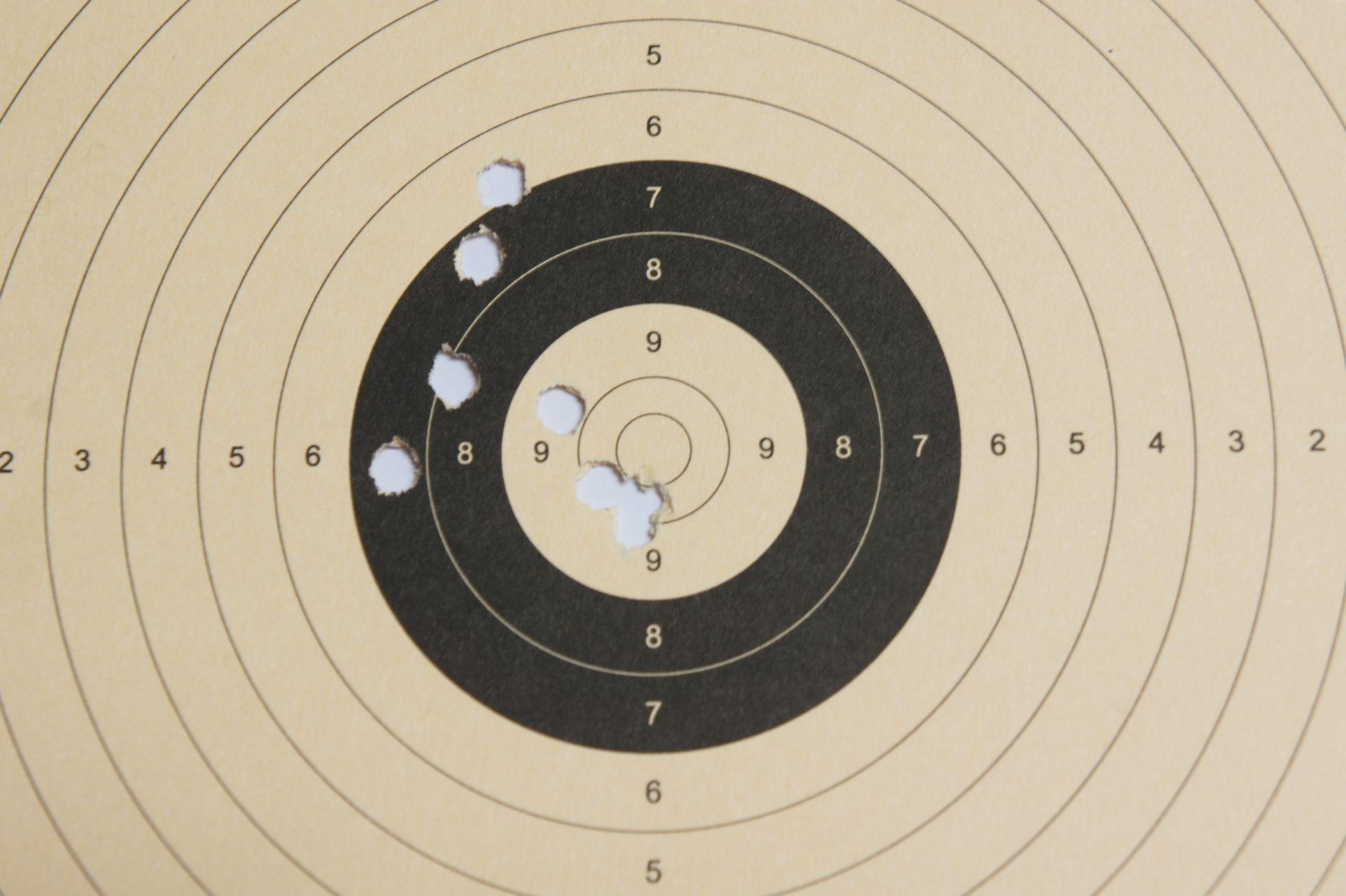 Ein Trefferbild der CO2 Pistole auf 6m mit Diabolos  (8 Schuss)