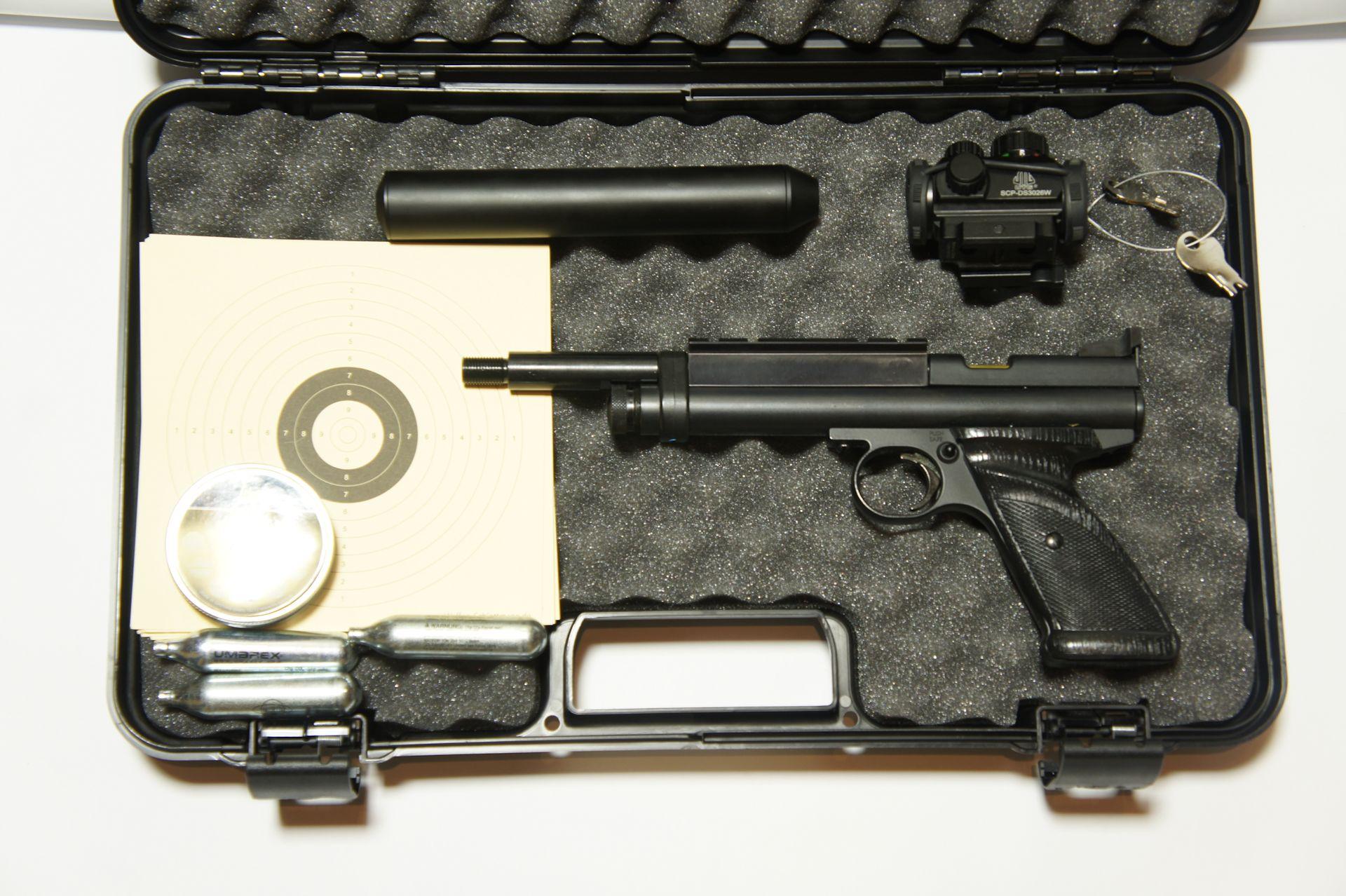 Die Pistole Crosman 2240 5,5mm Trophy mit Zubehör im Koffer