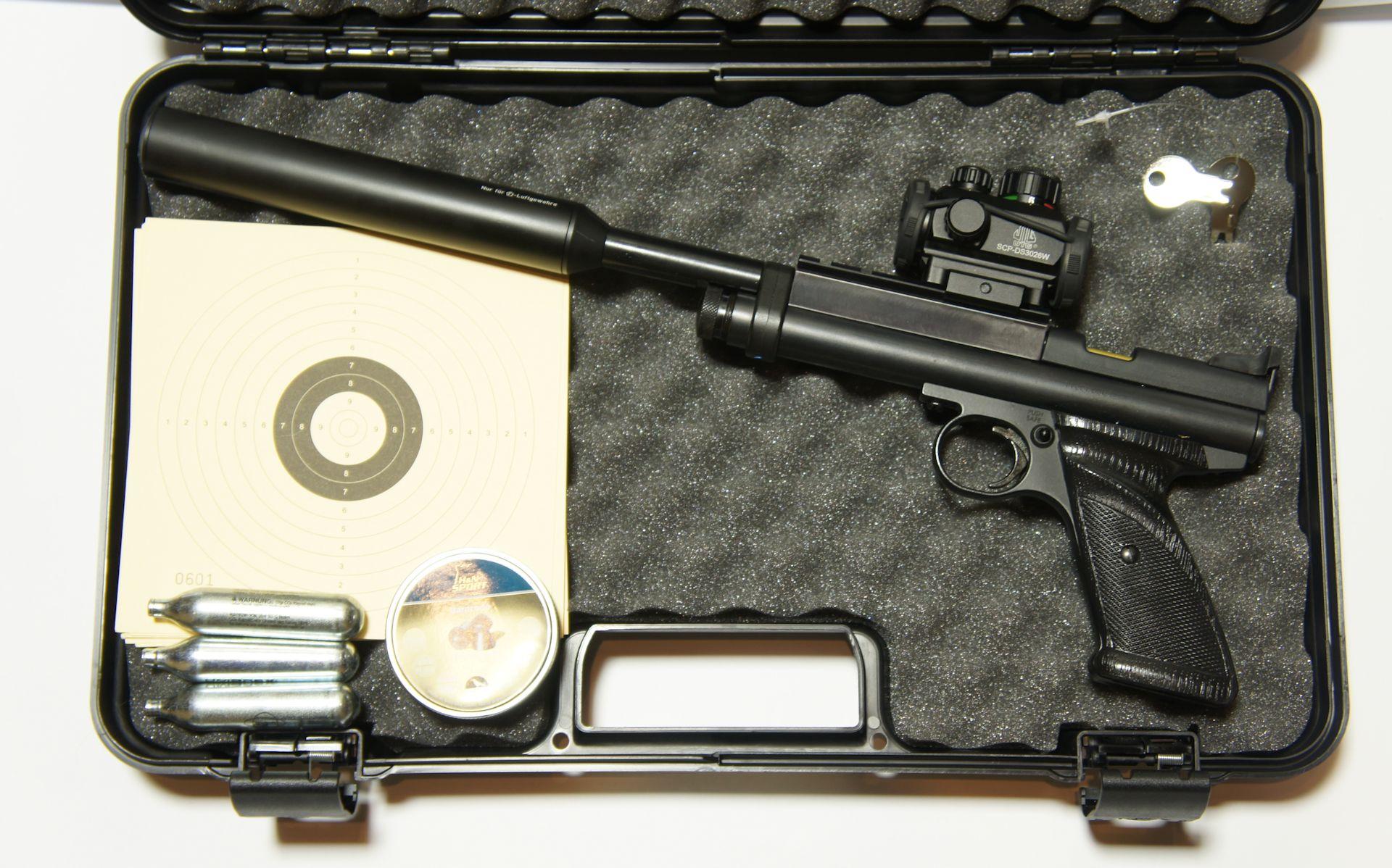 Die Pistole Crosman 2240 5,5mm Trophy passt auch mit aufgesetztem Zubehör gut in den Koffer