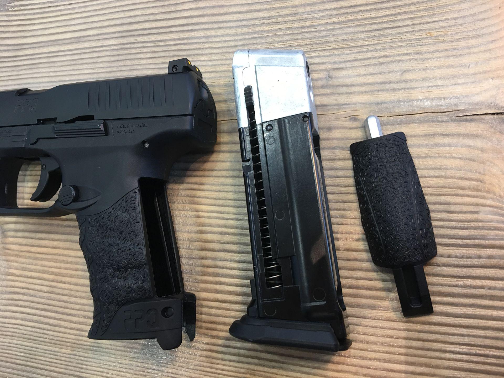 Die Pistole Walther PPQ M2 T4E hat ein herausnehmbares Magazin mit intergrierter Aufnahme für die CO2 Kartusche