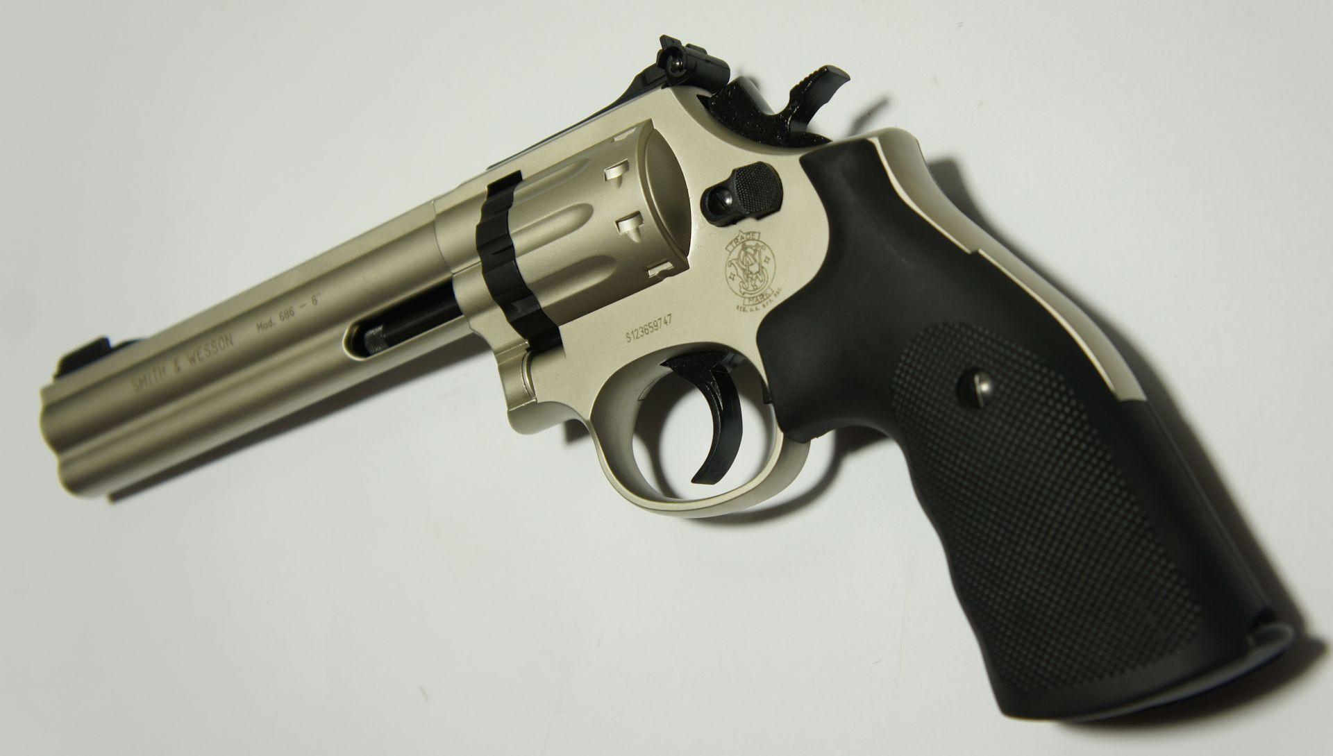CO2 Revolver S&W 686 Nickel mit ausgeschwenkter Trommel