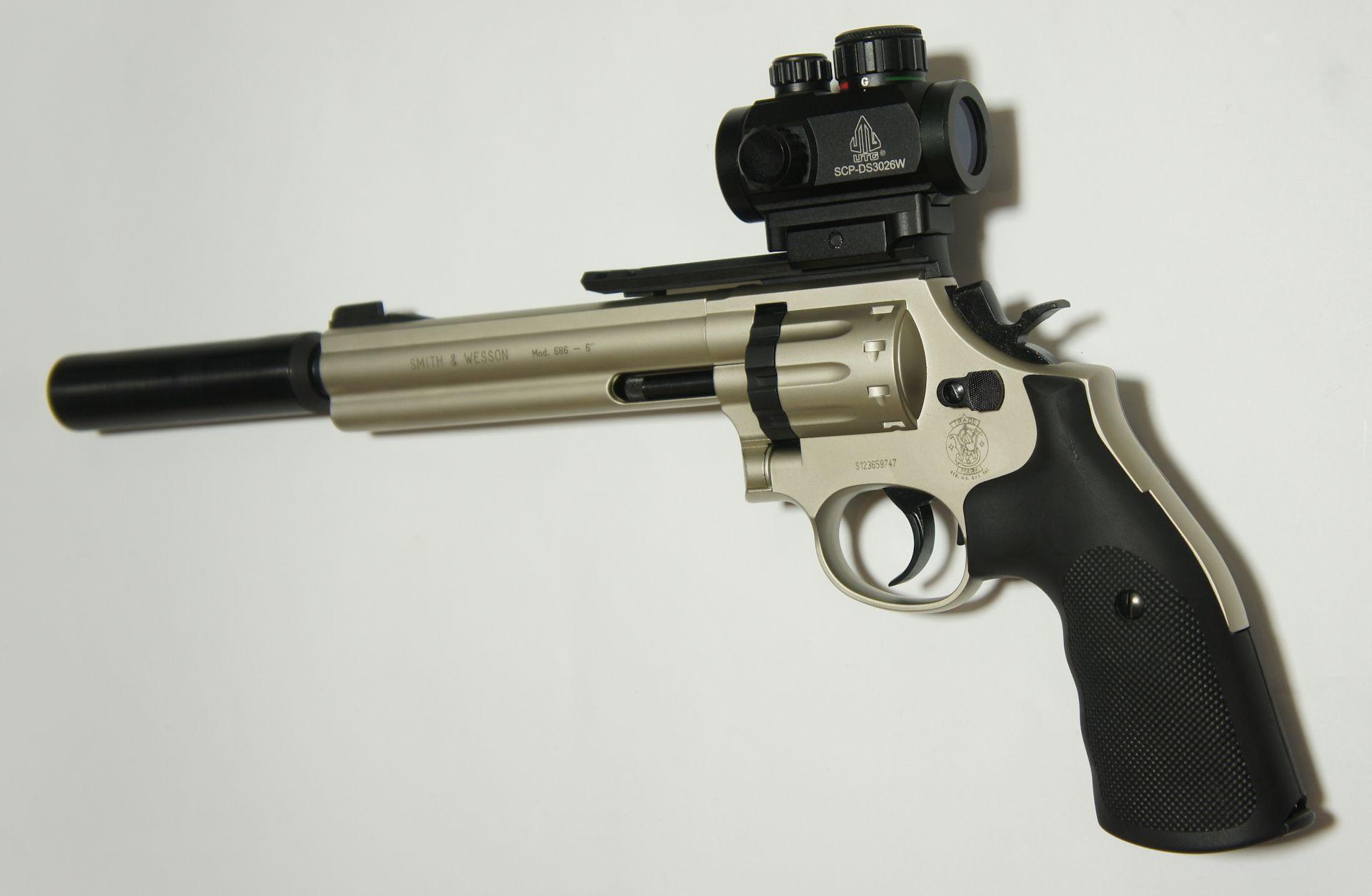 Montagebeispiel vom Schalldämpfer am CO2 Revolver S&W 586
