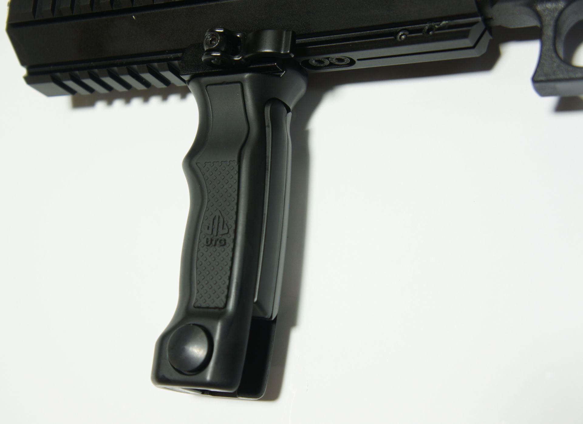 Dieses Montagebeispiel (an einer anderen Waffe) zeigt einen interessanten <a href=1165809.htm>Handgriff mit schnellöffnendem Zweibein</a>.