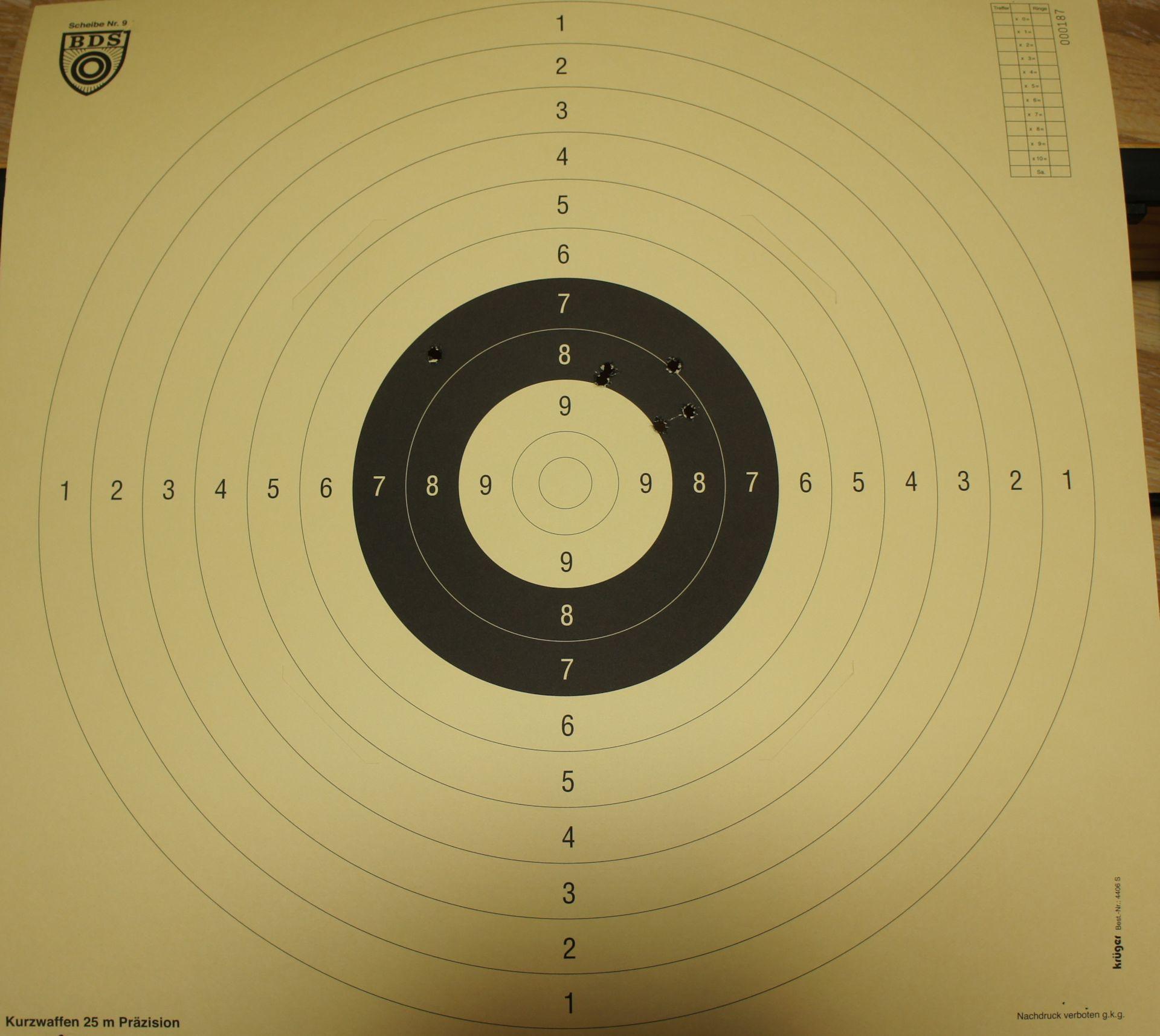 So sieht die Scheibe in Originalgröße für das 25m Kurzwaffenschießen aus. Diese Scheibe wurde mit einem Korth Revolver, Modell Sky Marshal im Kaliber 9mm Parabellum beschossen.