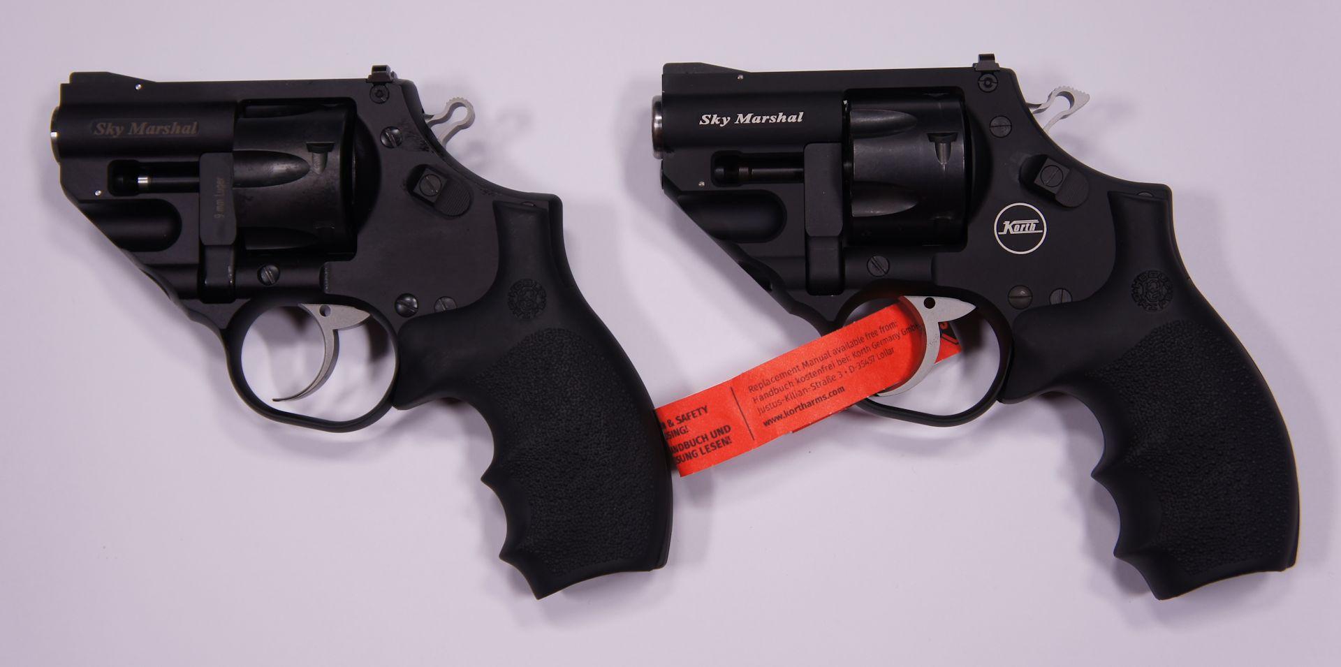 Hier Links im Bild sehen Sie vergleichsweise den scharfen <a href=1220900.htm> Korth Revolver Sky Marshal im Kaliber 9mm Parabellum</a>