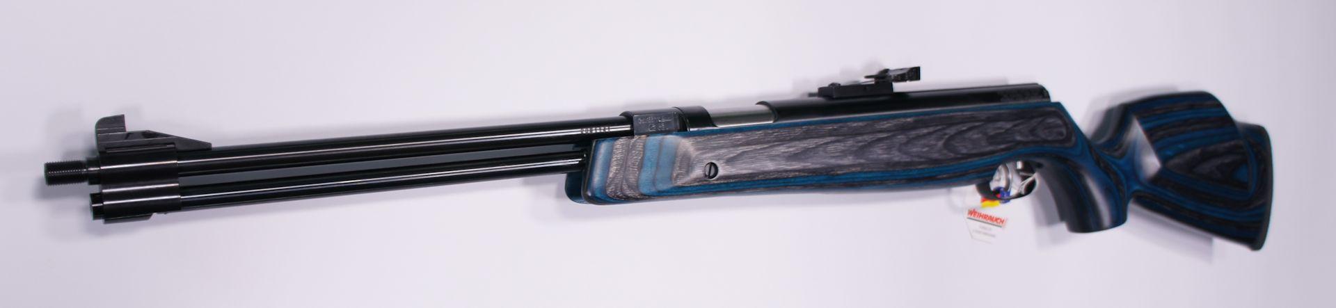 Luftgewehr HW 77 K mit Laufgewinde und Schalldämpfer im blauen Schichtholzschaft  von vorne. Der Schalldämpfer gehört zum Lieferumfang.