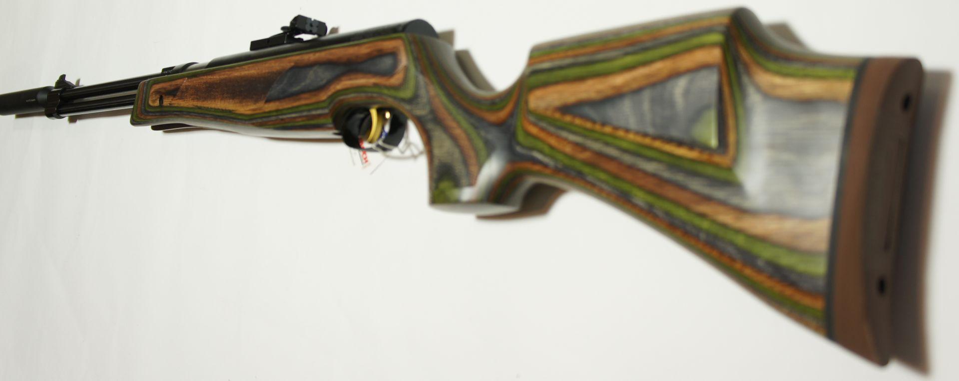 Beim beschriebenen Luftgewehr HW 77 K sd mit dem grünen 77er Schichtholzschaft sind beidseitig Schaftbacken vorhanden und der Schaftrücken für das Schießen für das Schießen über Kimme und Korn optimal. Die Schäftung ist für Sport- und Freizeitschützen konzipiert und auch für Linksschützen ist der Schaft gleichermaßen gut geeignet.