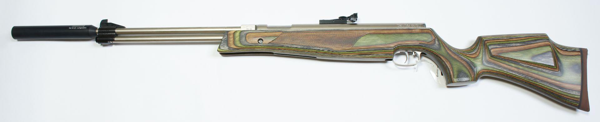 vernickeltes HW 77 mit Laufgewinde und Schalldämpfer im grünen Schichtholzschaft