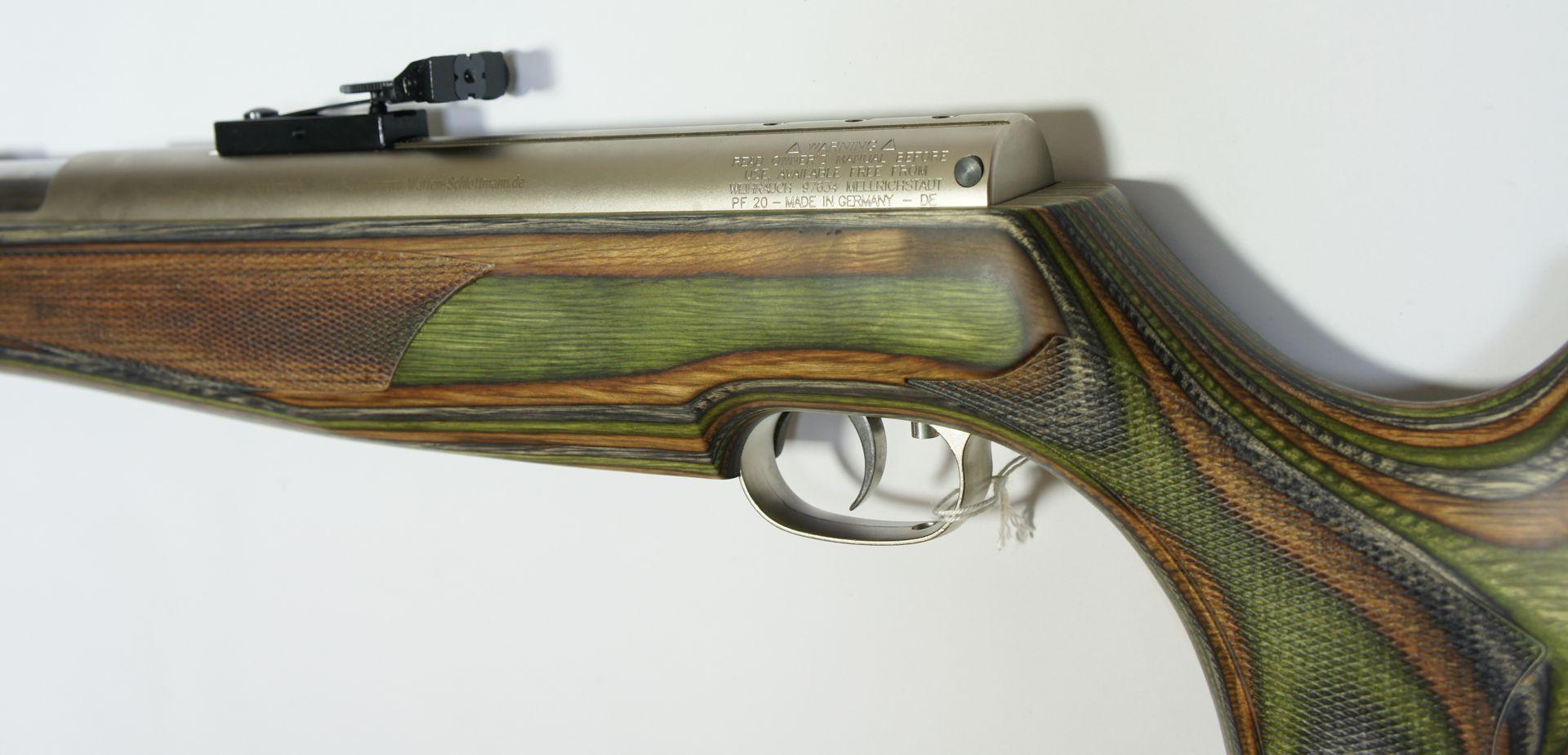 Das vernickelte System vom Luftgewehr harmoniert sehr gut mit dem grünen Schichtholz