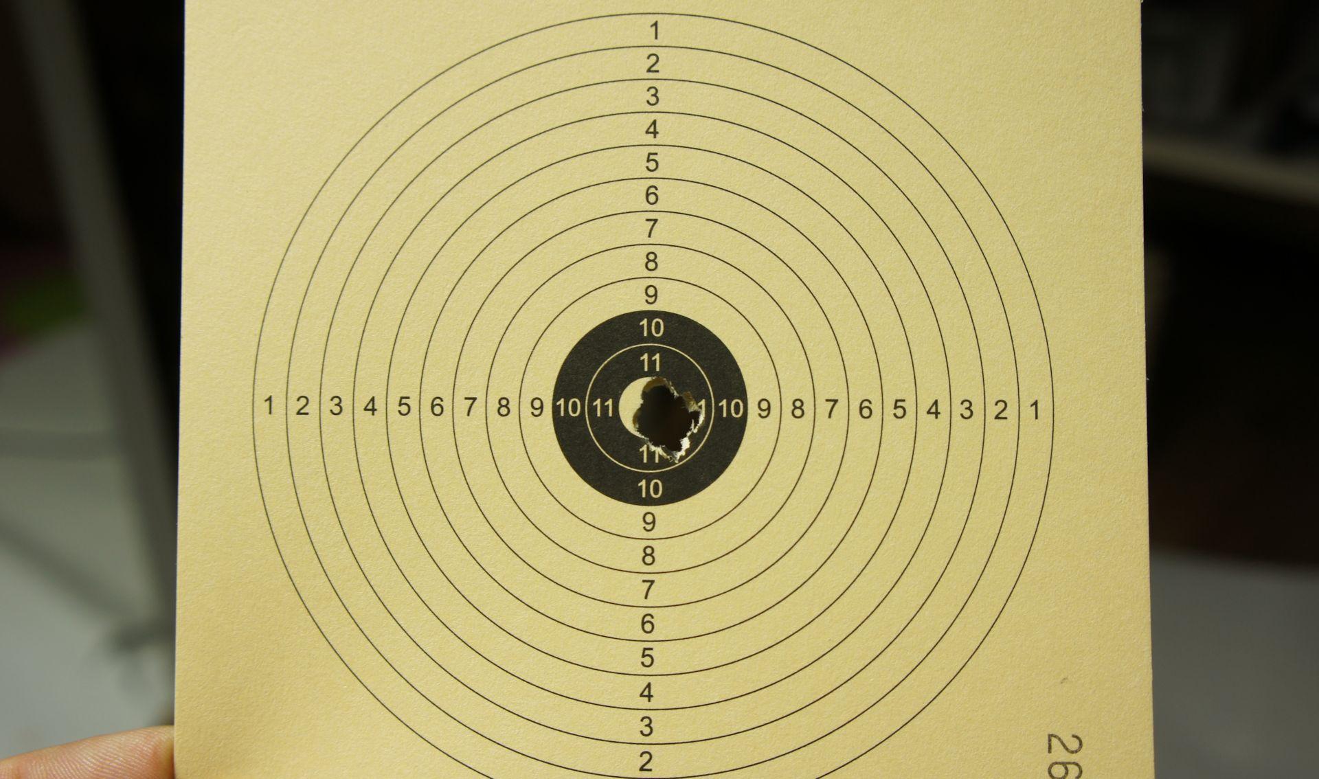 Mein Trefferbild mit so einem Luftgewehr und einem Zielfernrohr UTG 3-12x44 auf 10m