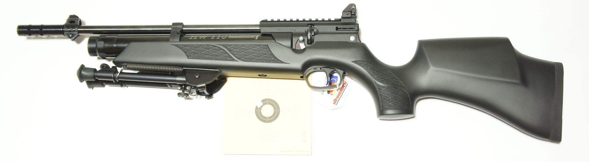 Luftgewehr Weihrauch HW 110 mit Kimme und Korn (Montagebeispiel mit Zweibein als extra Zubehör). Wer möchte kann das Gewehr auch gerne mit <a href=11168812.htm>Schalldämpfer </a> bekommen.  (abgebildetes Zweibein nicht im Lieferumfang)