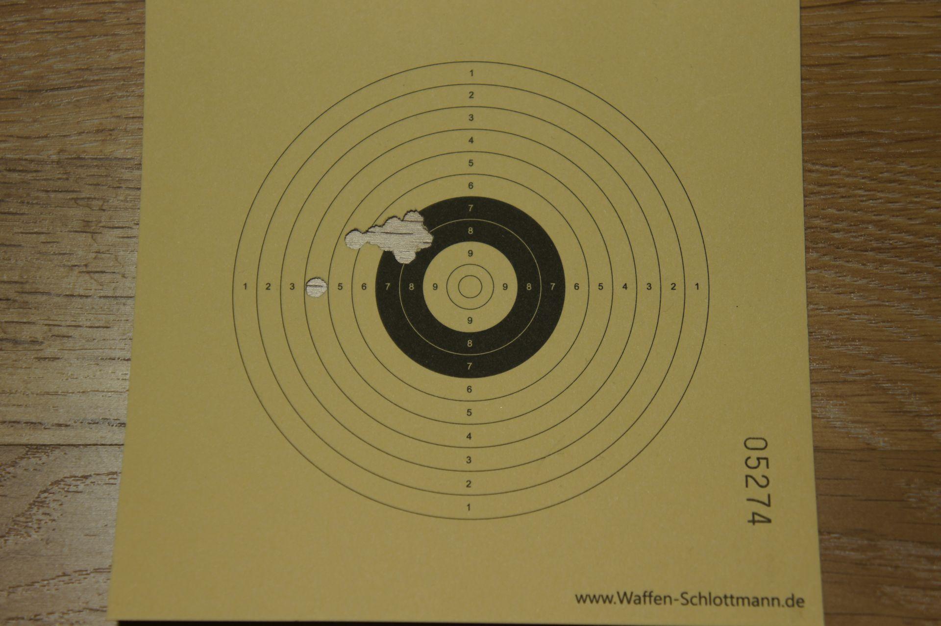 Trefferbild mit dieser Vierung auf 10m mit HW 110. Das können talentiertere Schützen sicherlich besser.