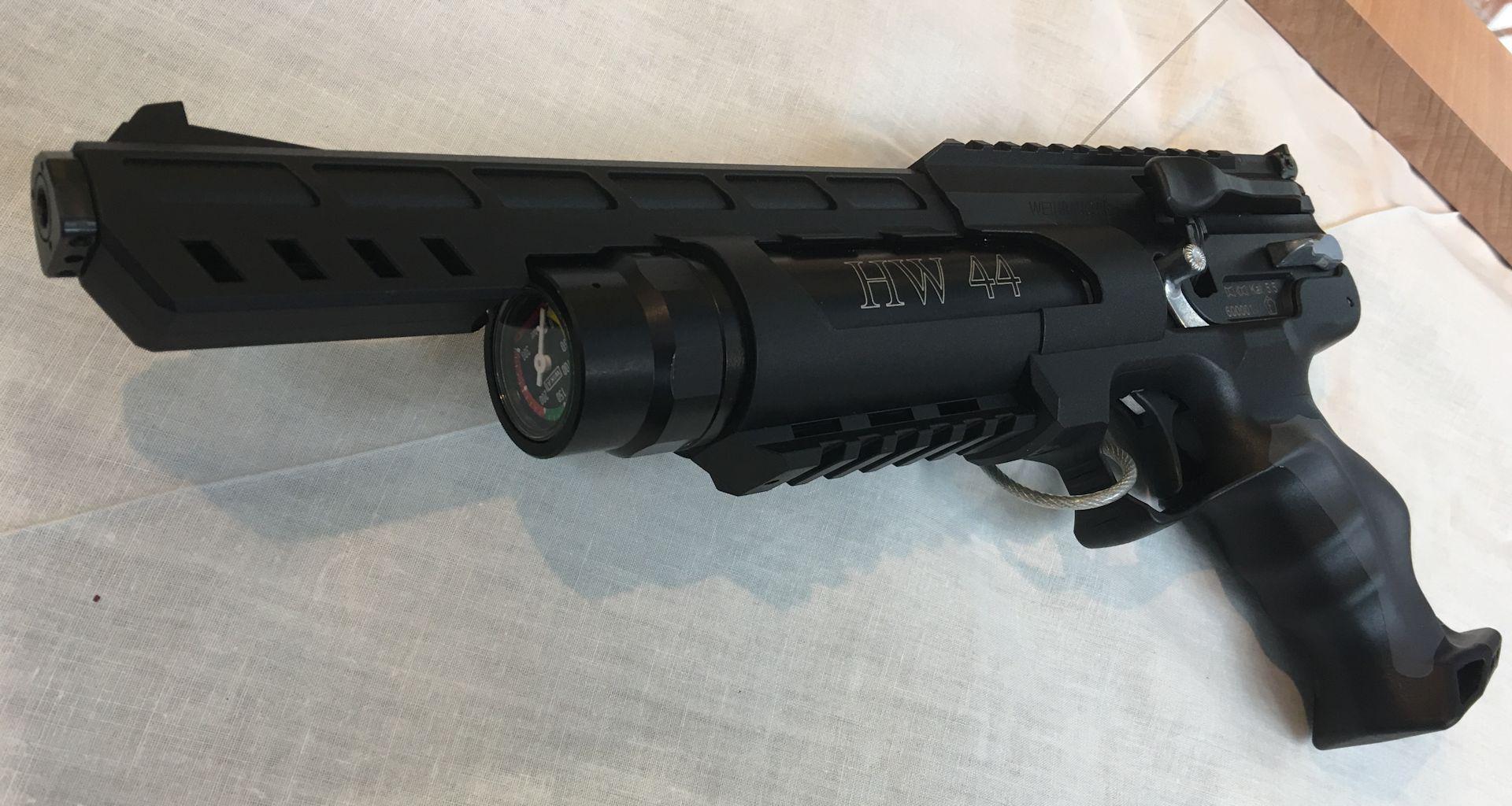 Die Luftpistole HW 44 kat eine offene, verstellbare Viserung. Also Kimme und Korn.