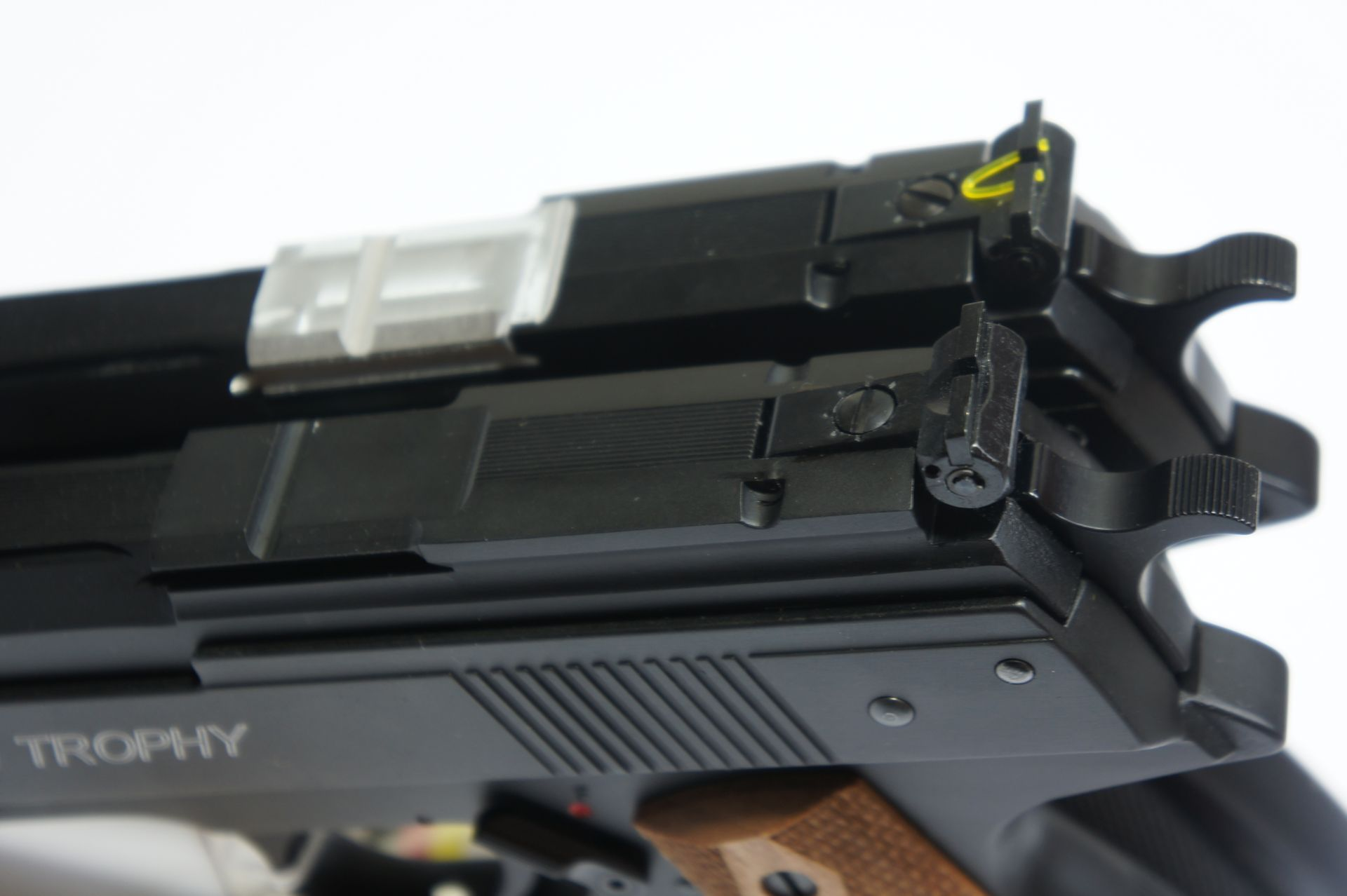 Beispielsweise am Versuchsmuster (hinten) ist der Sattel für die Optik noch silberfarben zu sehen.