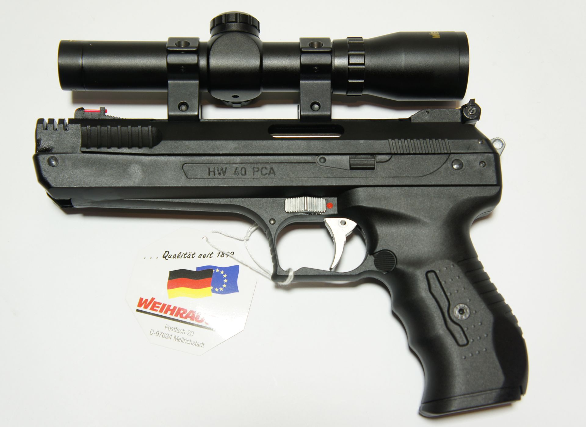 Hier sehen Sie die  Luftpistole HW 40 mit einem Pistolenzielfernrohr. <a href=1130100_Pistolenzielfernrohr.htm>Diese Zieloptik der Marke Weihrauch </a>ist hier als Zubehör erhältlich.