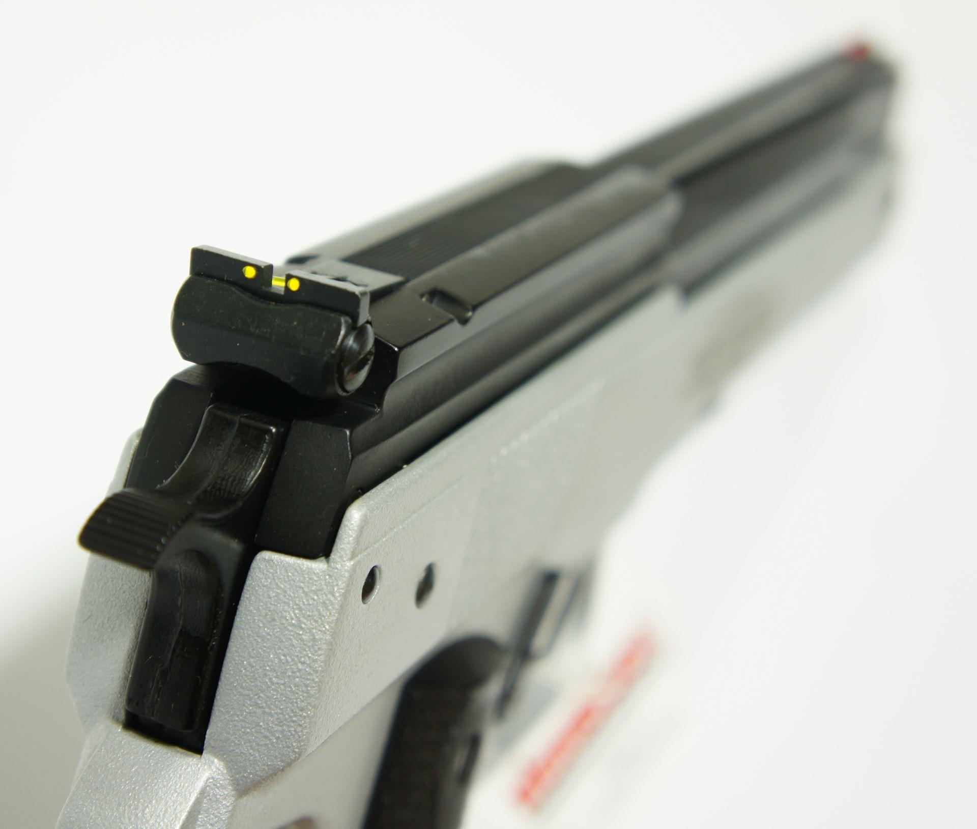 Die Luftpistole HW 45 hat Fieberglaselemente in der Visierung, um das Zielen in der Dämmerung besser möglich zu machen.