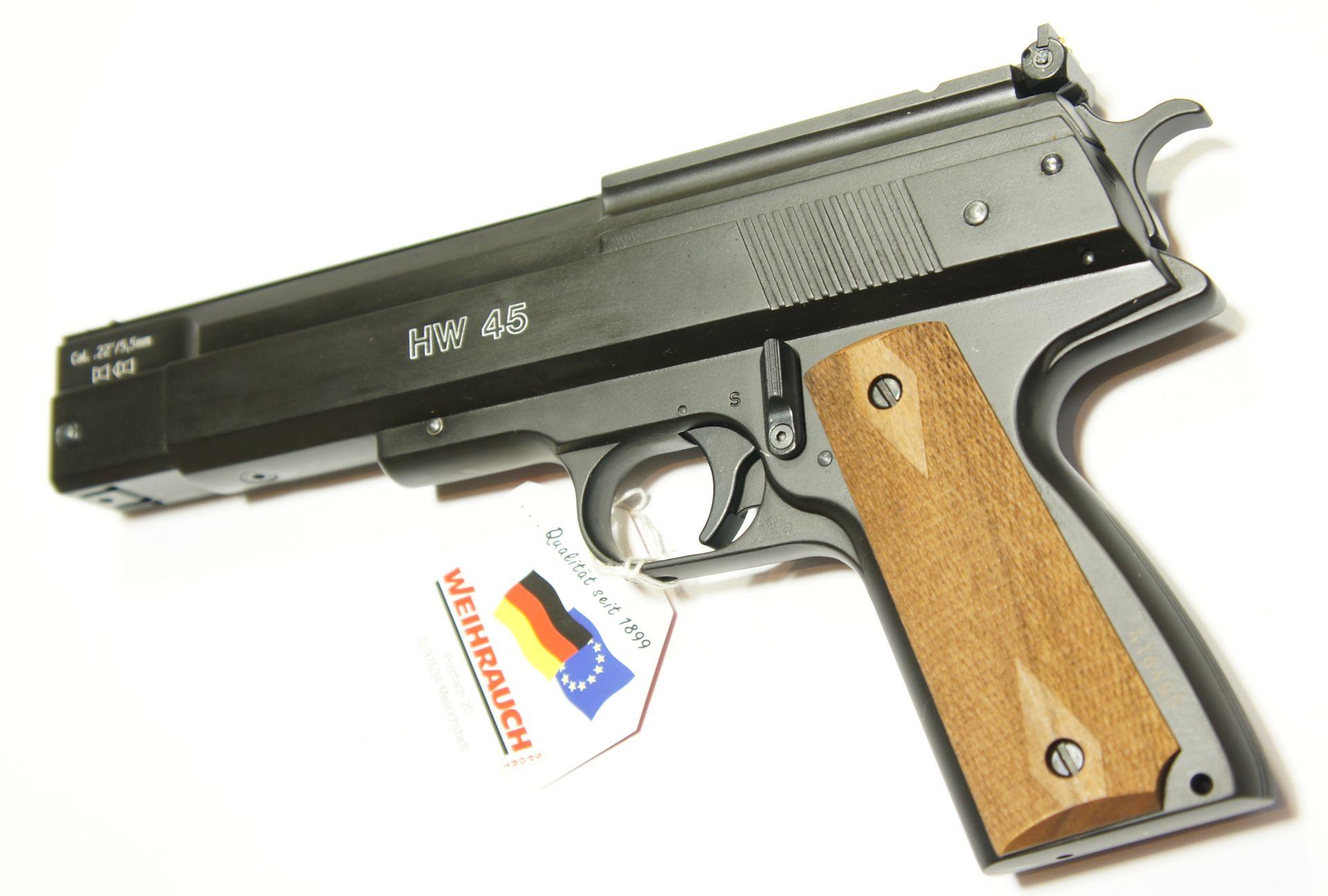 Luftpistole HW 45 in schwarz und mit hölzernen Griffschalen