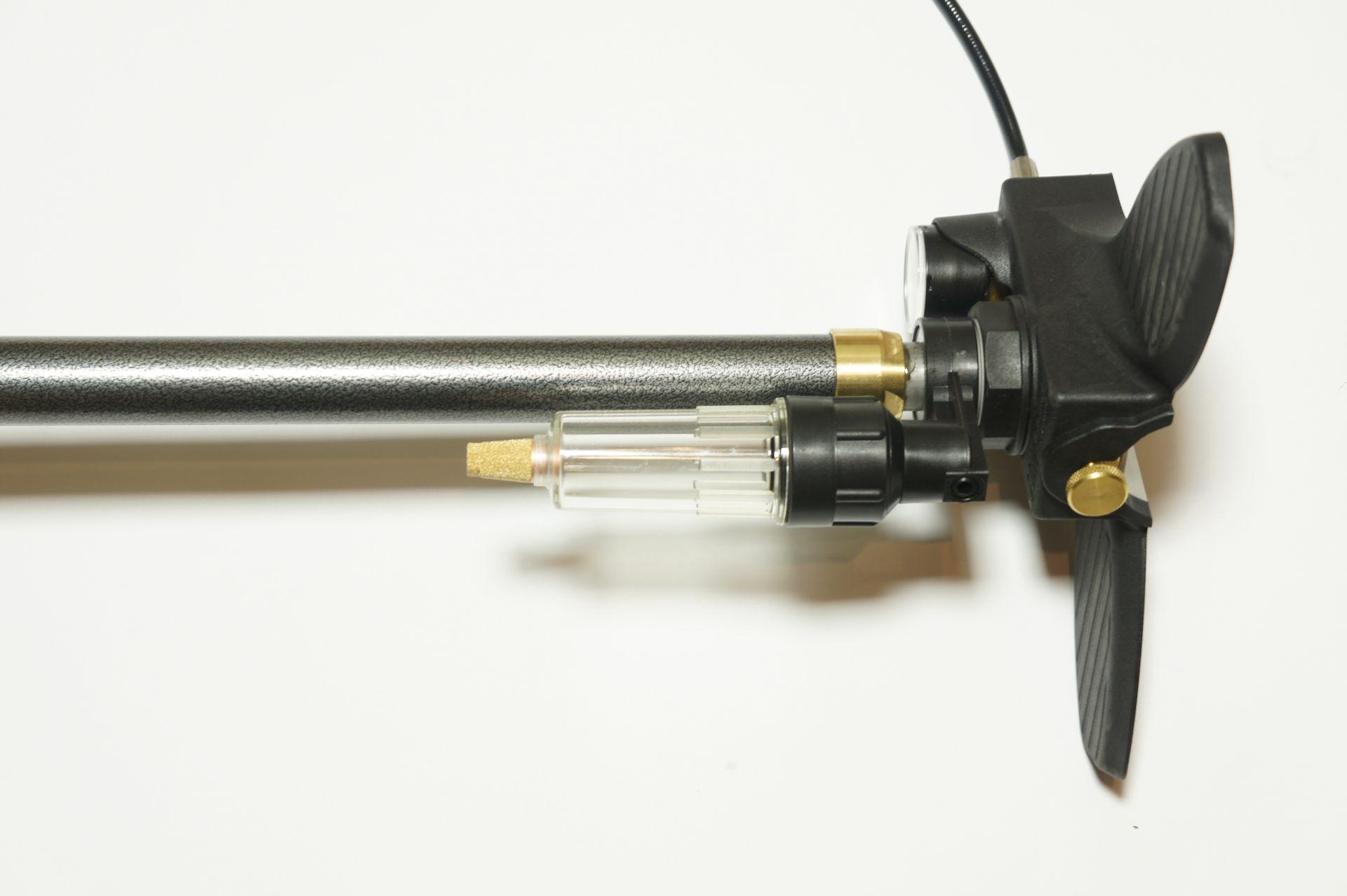Der Filterbehälter dieser Pumpe wird mit dem Trockengranulat aufgefüllt