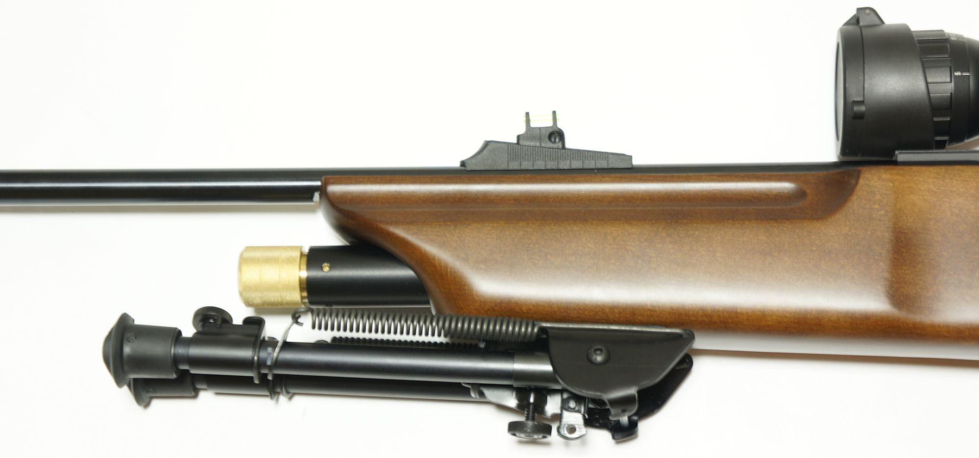 Montagebeispiel am CO2 Gewehr Hämmerli 850 Airmagnum. Das Zweibein ist qualitativ für hochwertige Jagd- und Sportwaffen konzipiert