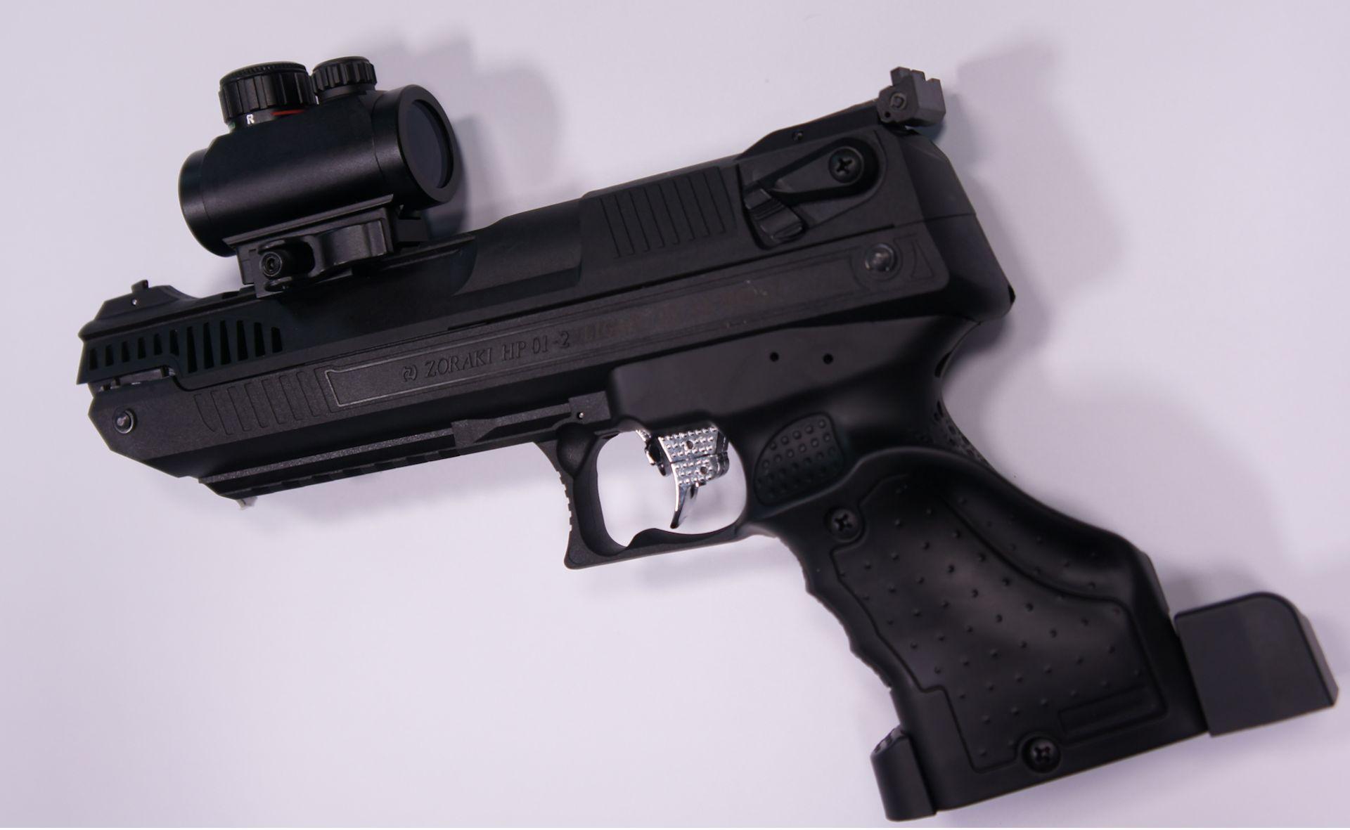 Montagebeispiel an der  <a href=1160110q3.htm> Luftpistole Zoraki q3</a>. Diese Luftpistolen Zoraki H01 sind speziell von mir für Optiken angepasst und an die Standardpistolen (ohne zusätzliche Quernuten) passt die Optik nicht