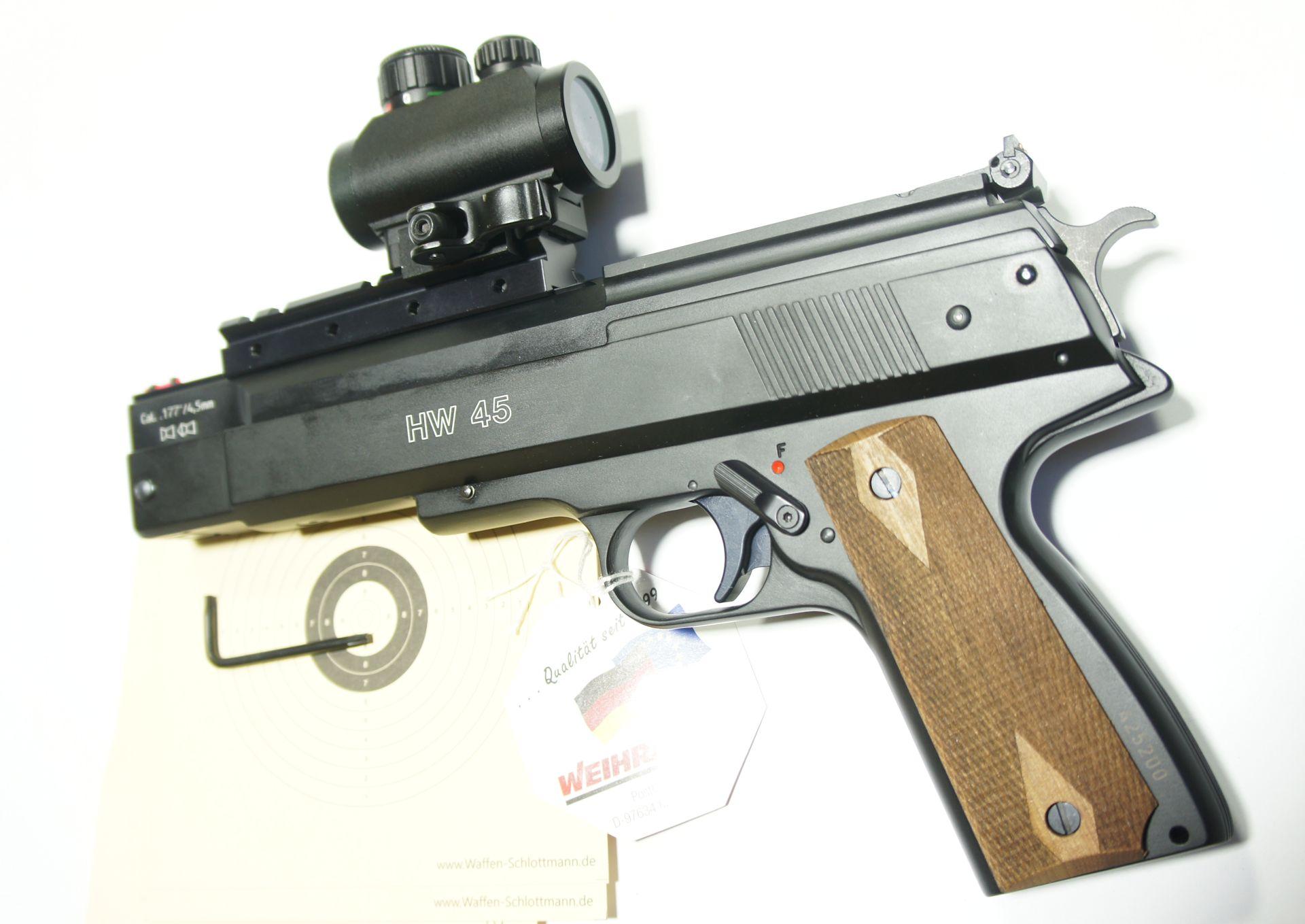 Montagebeispiel an der Luftpistole /Die Justierung der Optik erfolgt wie bei einem Zielfernrohr über Stellknöfe.