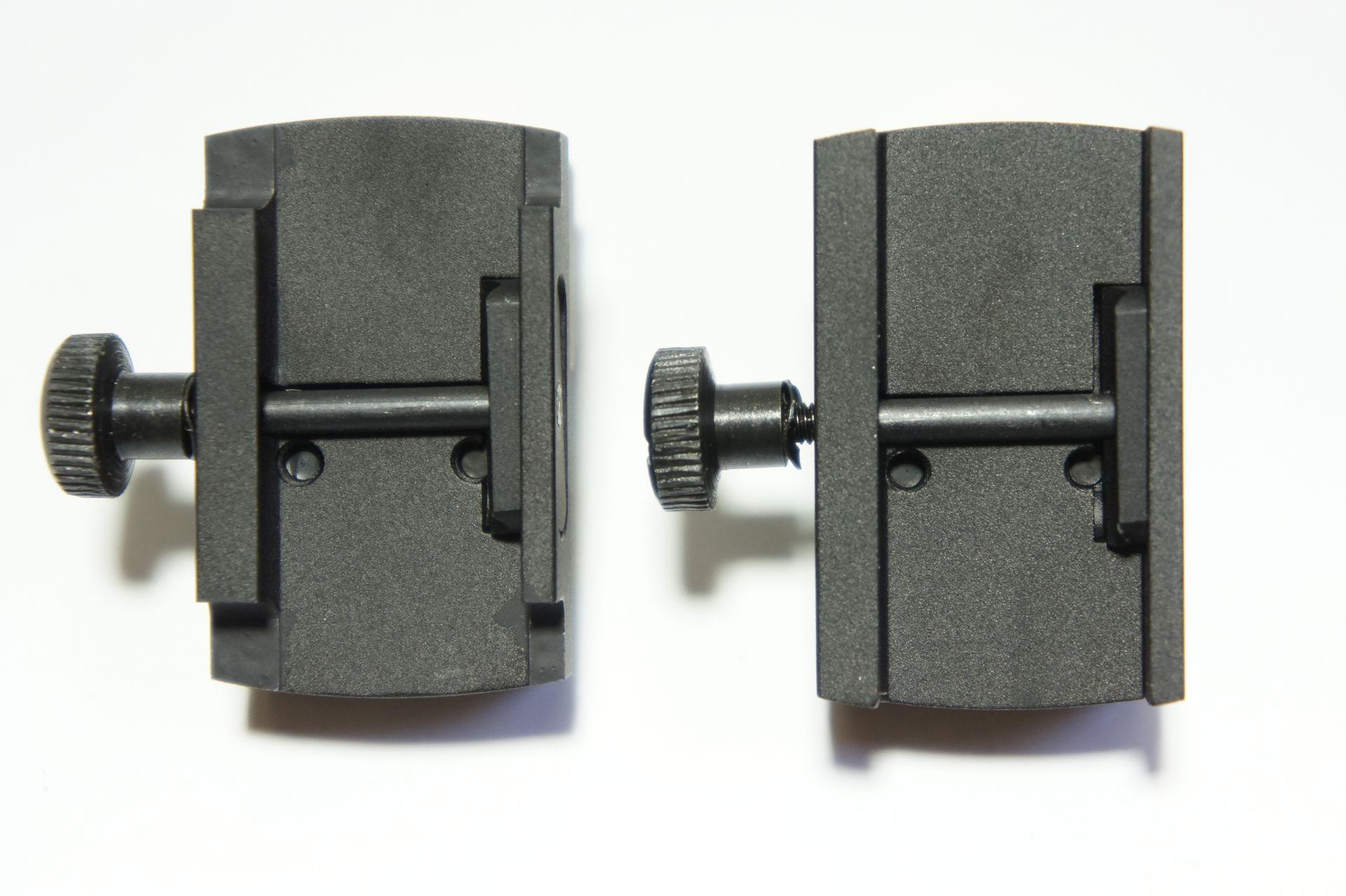 Der an die HW 45 Modelle <a href=1160072-45.htm> Target </a>und <a href=1160070-45.htm> Trophy</a> angepasste Motagefuß ist links im Bild. Rechts ist vergleichsweise der standardmäßige Fuß zu sehen.