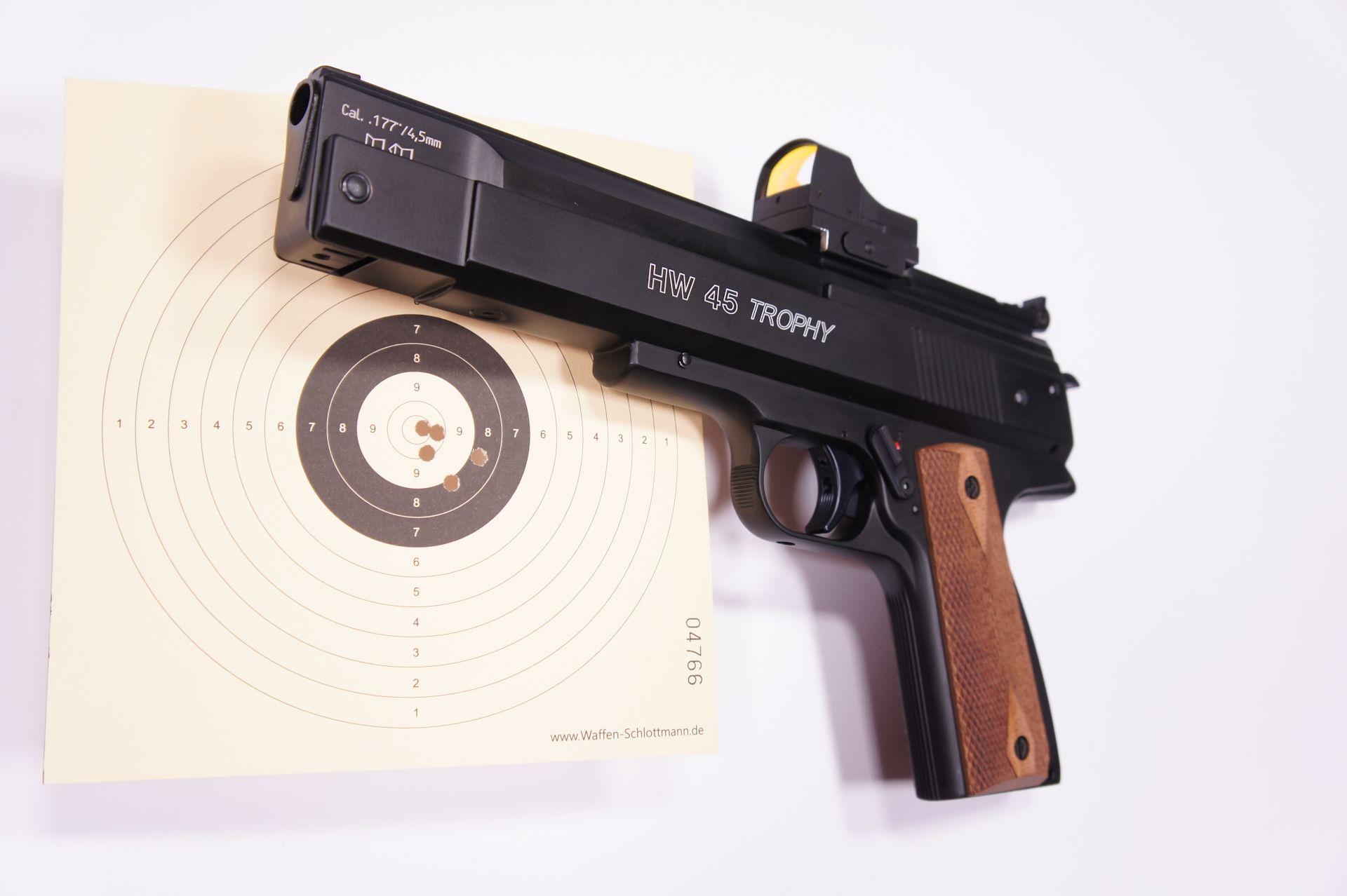 Wer komplett kauft, bekommt die Weihrauch Pistole und Optik fertig eingeschossen geliefert.Montagebeispiel vom angepassten Reflexvisier auf einer <a href=1160070-45.htm> Luftpistole HW 45 Trophy</a>. Nur an die HW 45 Modelle <a href=1160072-45.htm> Target </a>und <a href=1160070-45.htm> Trophy</a> passen solche Visiere nach deren Anpassung direkt und ohne Adapter.