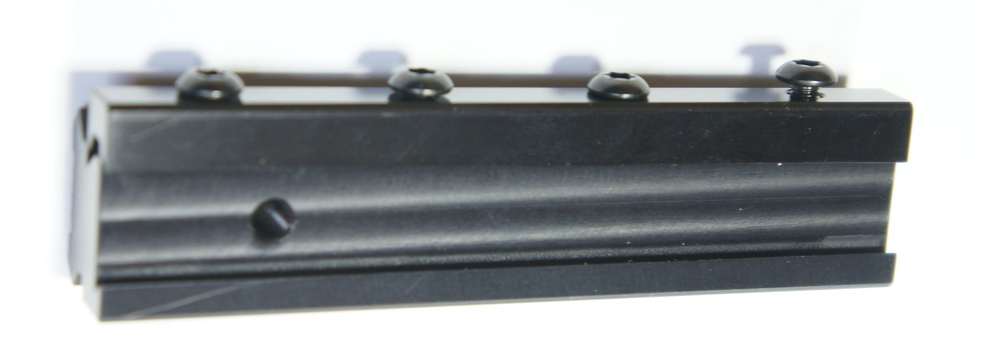Dieser Präzisionsadapter ist als Verbindungselement im Set enthalten und hat auch einen Stopperstift, damit die Optik auf dem Gewehr nicht verrutschen kann.