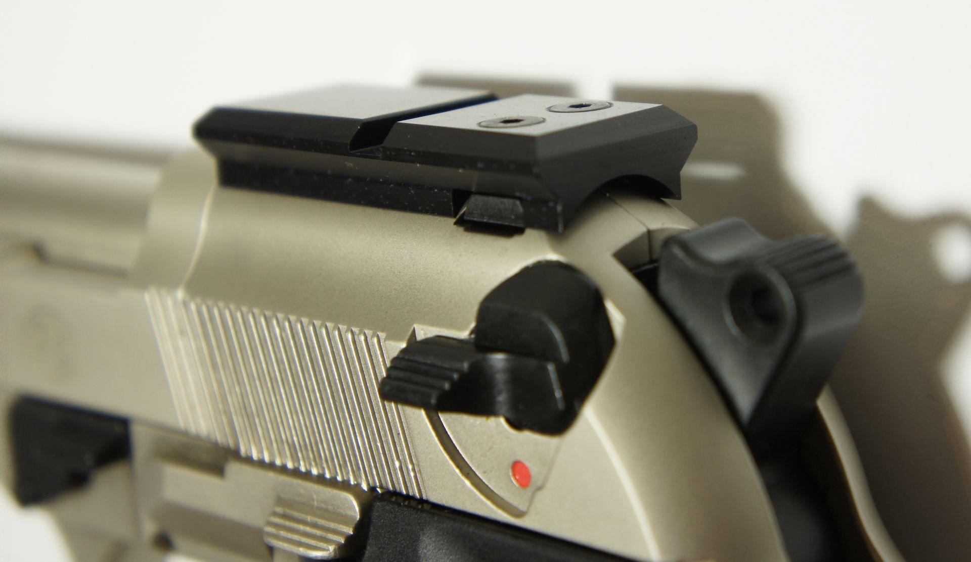 Montagebeispiel auf  <a href=1050021.htm> CO2- Pistole Beretta</a>