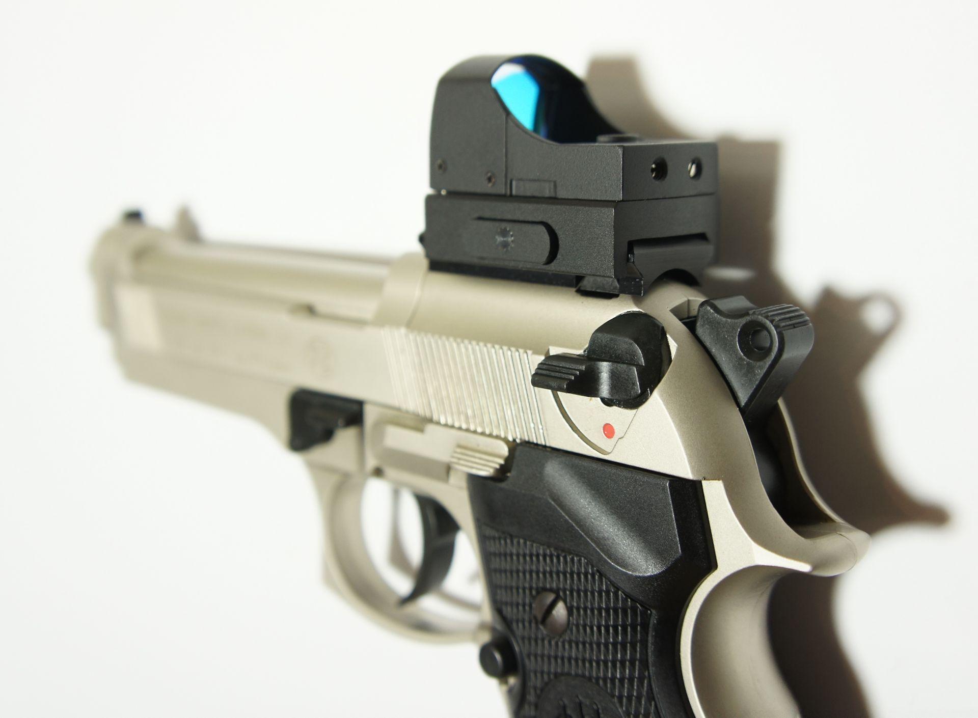 Montagebeispiel auf <a href=1050021.htm> CO2- Pistole Beretta</a>   mit <a href=1130222-21.htm> Reflexvisier 1x22 Sight III  </a>