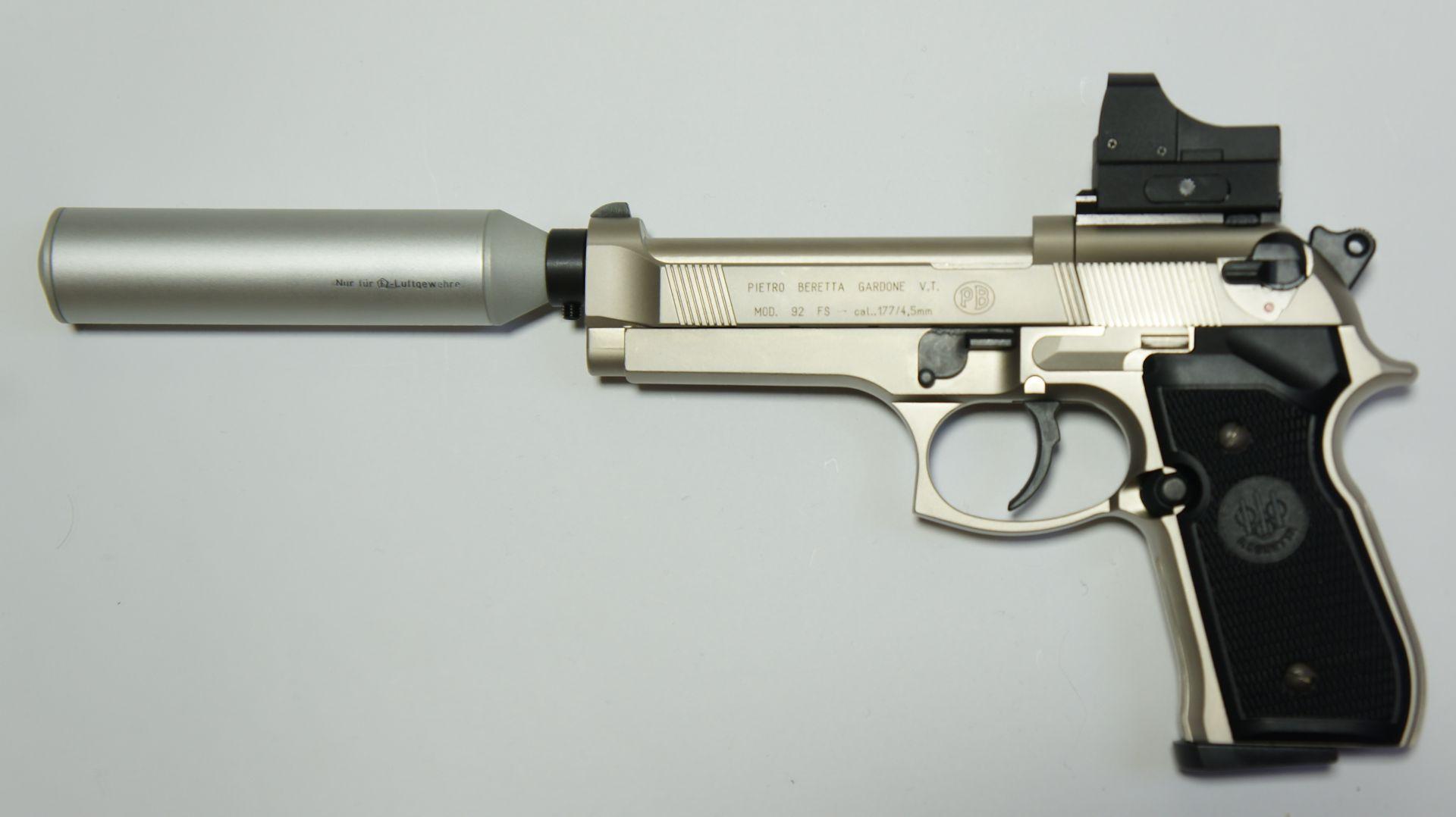 Montagebeispiel auf <a href=1050021.htm> CO2- Pistole Beretta</a>  mit <a href=1130222-21.htm> Reflexvisier 1x22 Sight III  </a> und einem Schalldämpfer