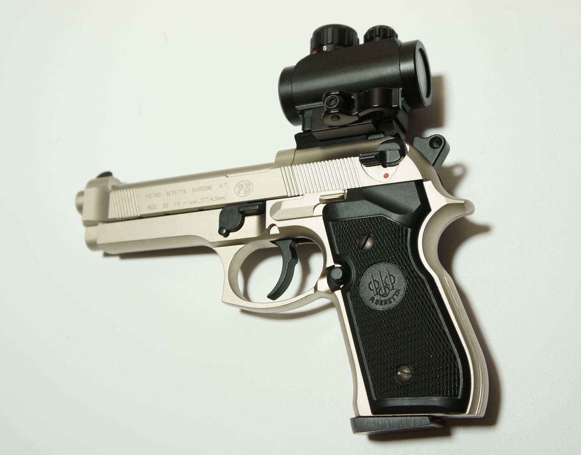 Montagebeispiel auf <a href=1050021.htm> CO2- Pistole Beretta</a>  mit <a href=1130221.htm> Red Dot UTG </a>