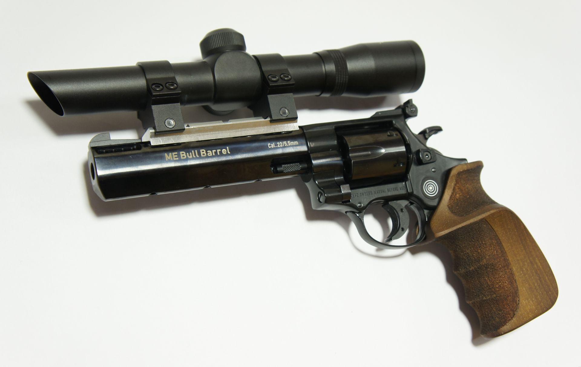 Montagebeispiel: das Pistolenzielfernrohr sehen Sie hier auf einem <a href=1160505TaHo.htm>Bull Barrel Target </a> mittels anderer Ringe befestigt.