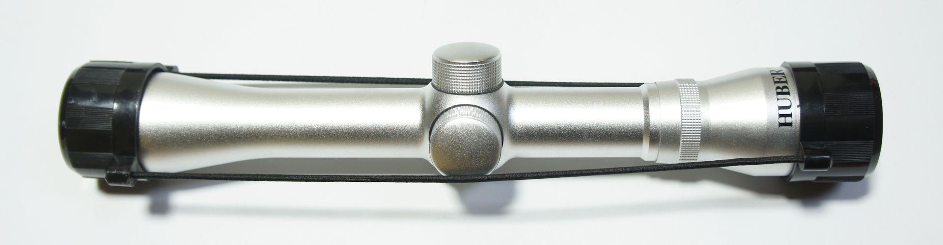 vernickeltes Zielfernrohr Hubertus 4x32, Abbildung mit den durchsichtigen Staubschutzkappen