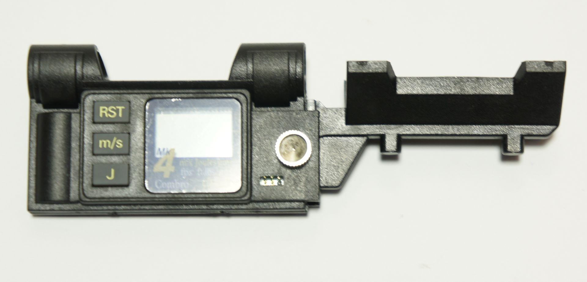 Das Combro 168 CB 625 Mk4 wird mit Gummis am Lauf der Waffe befestigt