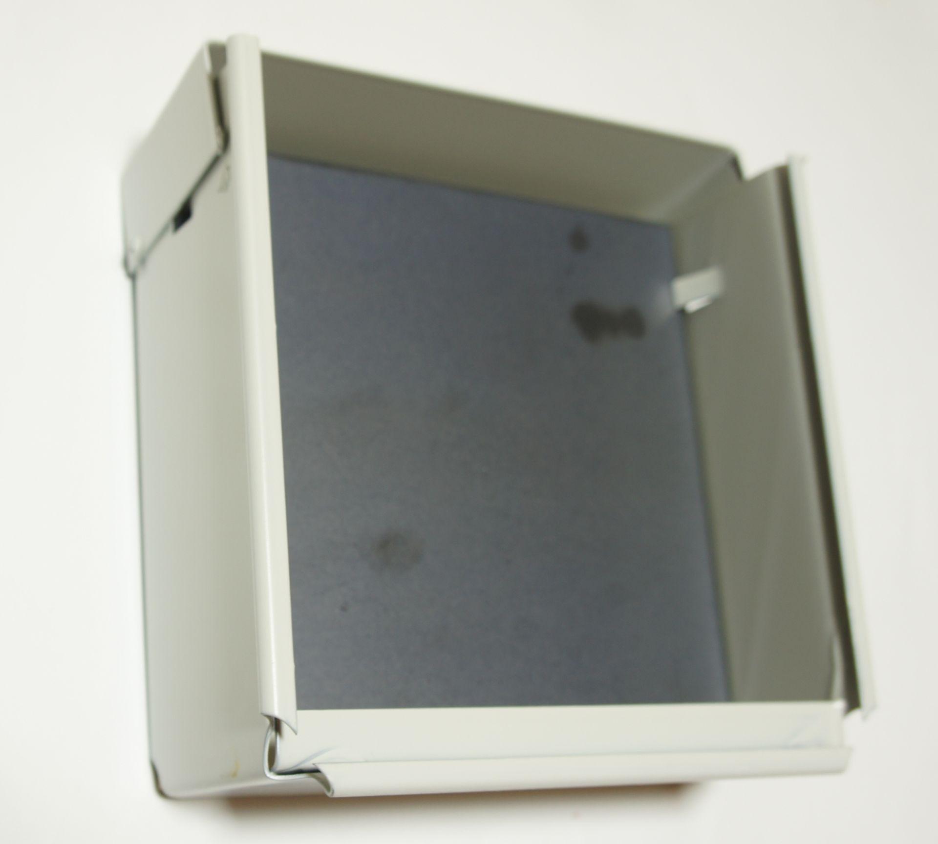 Als passendes Zubehör wird hier der  <a href=1310603.htm> Scheibenkasten im Format 17x17cm</a> gezeigt.