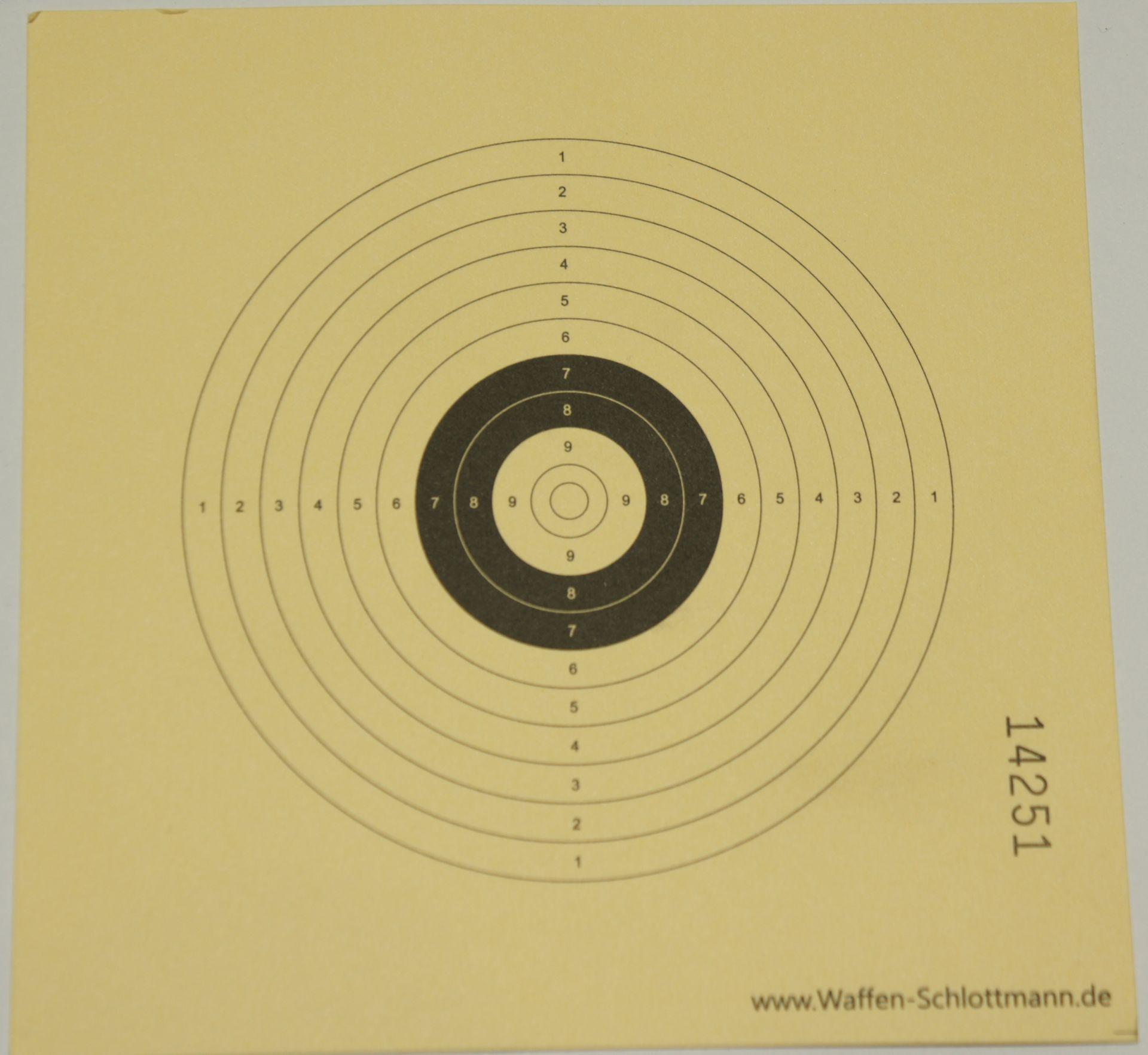 passende Zielscheiben /  <a href=1310315-100.htm> Solche Zielscheiben</a> habe ich aus Eigeninteresse drucken lassen, um damit beispielsweise das Intervallschießen  nach den Regeln der BDS zu Hause trainieren zu können. Für das anvisieren mittels Optik finde ich die weiße Mitte ideal.
