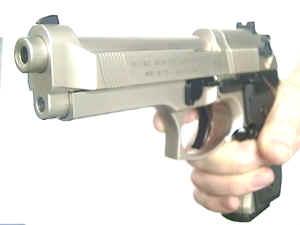 Der Lauf ist etwas zurückgesetzt, so dass die Mündung der CO2- Pistole Beretta größer wirkt. Mittels Adapter könnte eine Schalldäpfer an dieser Pistole fest und stabil angebracht werden.