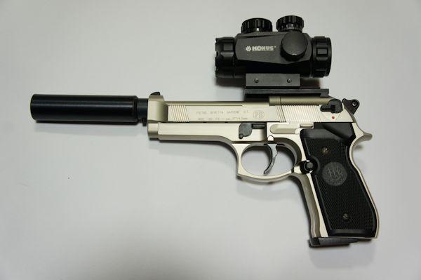 Montagebeispiele vom Schalldämpfer und einem Leuchtpunktvisier an der CO2 Pistole Beretta