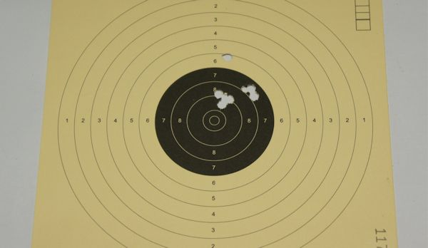 Mit so einer Waffe habe ich auf 10m dieses Trefferbild erziehlt. Es geht besser.