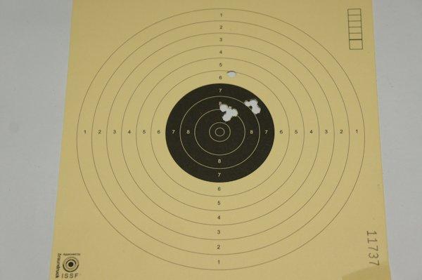 Mein Trefferbild mit dem CO2 Revolver (Montagebeispiel), also dem CO2 Revolver mit <a href=1168863_schalldaempfer_umarex.htm>Schalldämpfer</a>und <a href=../1130225_leuchtpunktvisier.htm>Red Dot</a> auf 10m