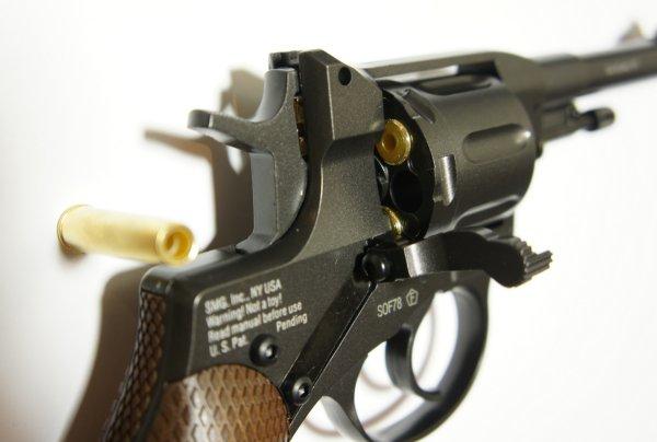 Entgegen der Abbildung haben die Revolver inzwischen eine Sicherung auf der rechten Waffenseite