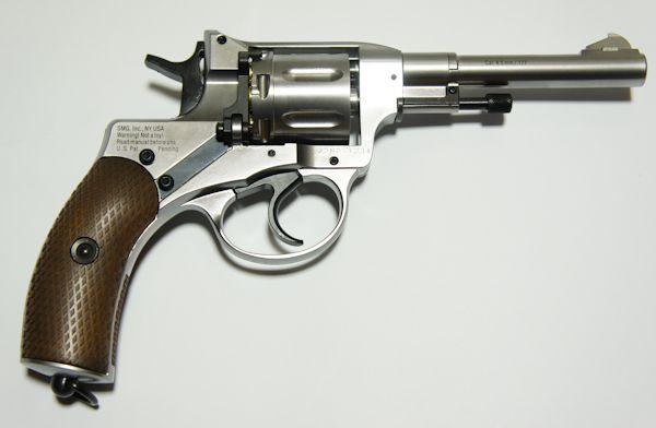 Achtung! Entgegen den Abbildungen hat der Revolver eine Sicherung auf der rechten Seite