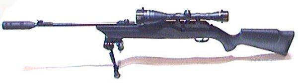Umarex 850 AirMagnum FX mit Zielfernrohr und Schalldämpfer ist hier mit ausgeklapptem Zweibein zu sehen.