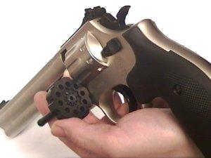 Am Beipiel vom vernickelten CO2 Revolver wird hier das ausschwenken der Trommel gezeigt. Die Trommel fasst 10 Geschosse und kann auch komplett gewechselt werden. Zusätzliche <a href=1050132_10er_trommel_co2_revolver.htm>Trommeln finden Sie hier</a>.