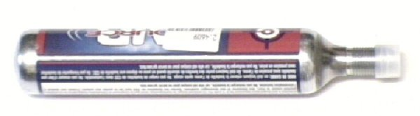 So sehen <a href=1050155.htm> passende CO2 Kapseln </a> aus. Die gehören nicht mehr zum Lieferumfang und müssten bei Bedarf dazu bestellt werden. Empfehlen würde ich eher den zuvor genannten <a href=1055304.htm>Adapter auf kleine Kapseln</a>, weil man damit die Waffen nicht ständig unter Druck hat und den Verbrauch besser einteilen kann.
