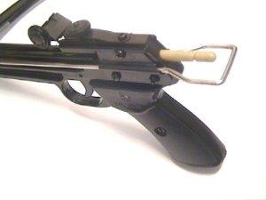 Zum Spannen der Pistolenarmbrust zieht man diesen Metallbügel nach hinten.