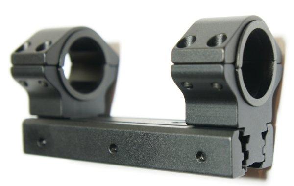 Diese Universalmontage ist als Verbindungselement im Set enthalten und hat auch einen Stopperstift, damit die Optik auf dem Gewehr nicht verrutschen kann.